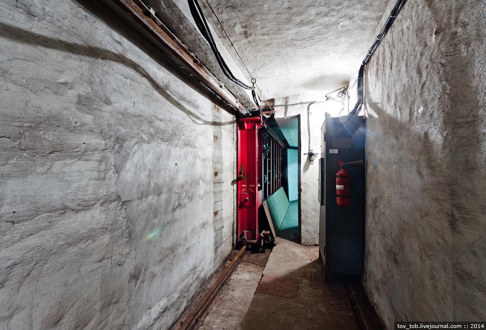 29. А так этот затвор выглядит с другой стороны. Просто сплошная железная стена: