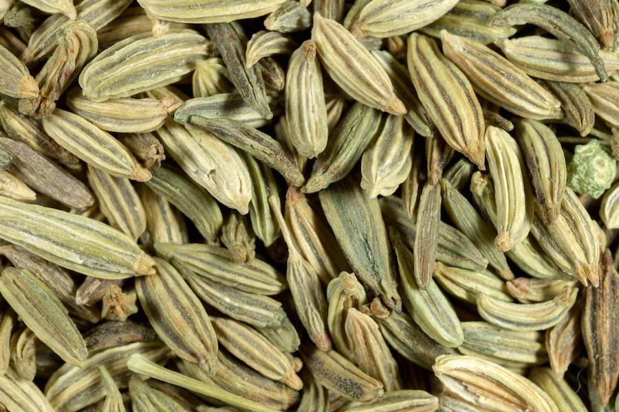 1. PANTONE 17-0627 Dried Herb (цвет сушеной травы). На фото: семена фенхеля, макрофото.