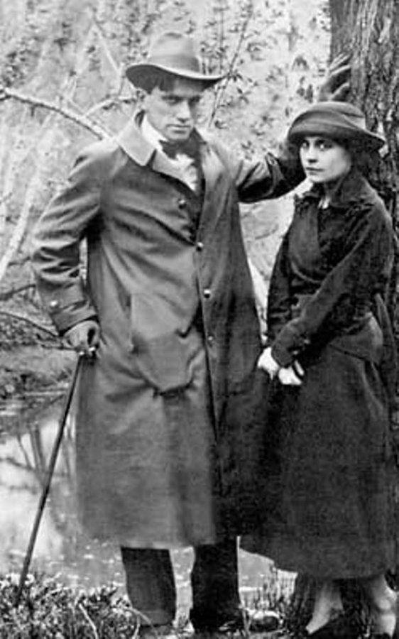 …до тех пор, пока в их с Осипом жизни не появился начинающий поэт Владимир Маяковский, с которым Лил
