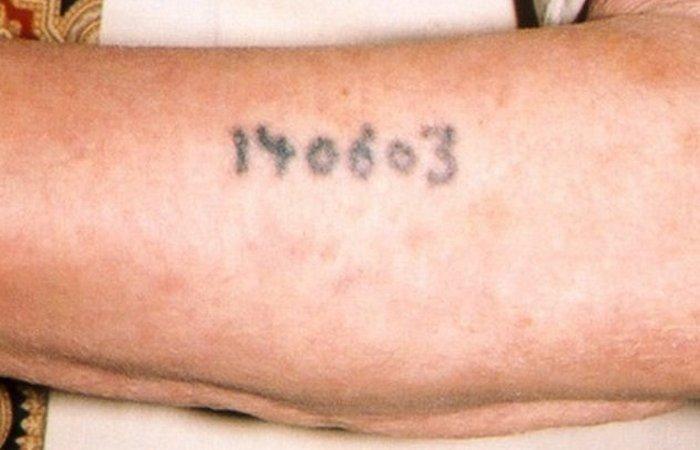 Принудительные татуировки Освенцима. Германия В концентрационном лагере Освенцим заключенные, отобра