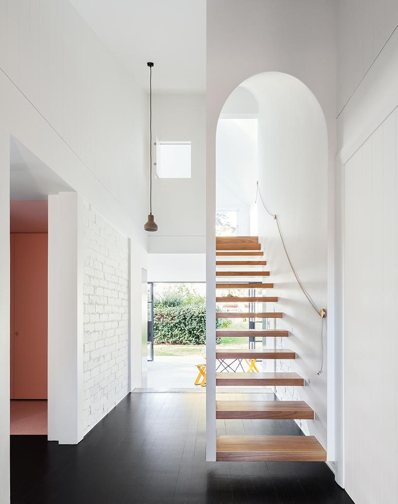 Дом с кирпичной крышей на тонких опорах в Сиднее