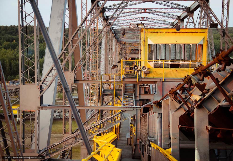 22. Конвейерная лента проходит через весь мост. За час F60 мог перемещать 29 000 кубометров вск