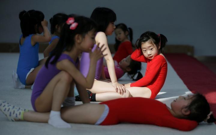 Занятие по гимнастике в спортивной школе Shanghai Yangpu Youth Amateur Athletic School в Шанхае.