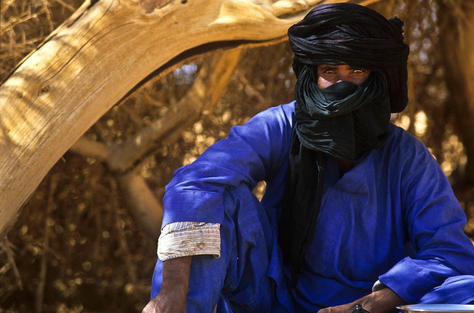 Туареги постоянно носят одежду, окрашенную индиго, и краска придает их коже голубоватый оттенок.