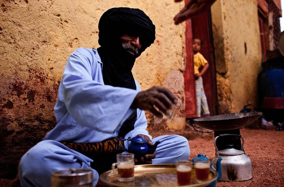 Уважение и свобода, даруемые туарегской женщине, ошибочно трактуются другими племенами, в которых у
