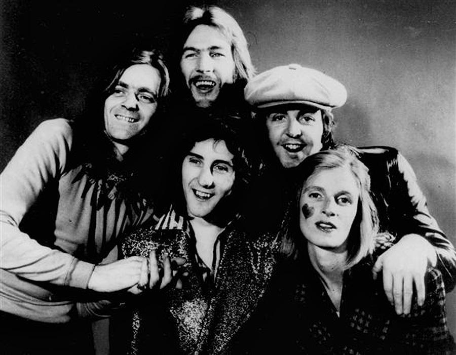Родив четырех детей, Линда сосредоточилась на своей музыкальной карьере с группой Wings. В первый со