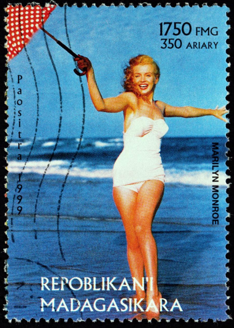 Но купальные костюмы, которые очень напоминали мини-платья, акцентировали внимание на красоте женско