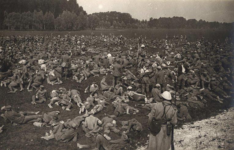 8. Немецкие военнопленные на поле в Лонжо, Западный фронт, 1 августа 1916 года.