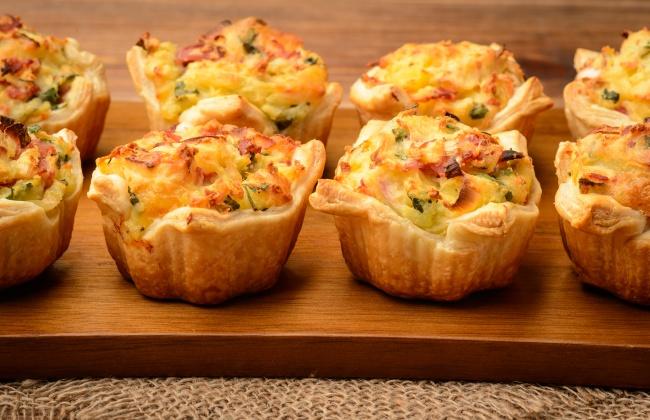 Тарталетки с сыром и грибами Ингредиенты: 16-20 готовых тарталеток 300 г сыра 300 г шампиньонов 2 лу