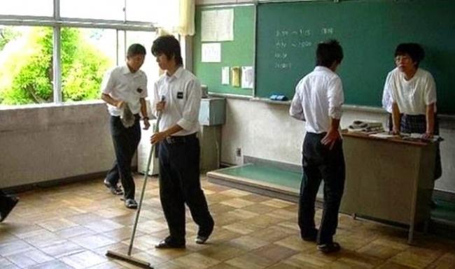 © emaze.com  Каждый класс поочереди убирает кабинеты, коридоры идаже туалеты. Так ребята ср
