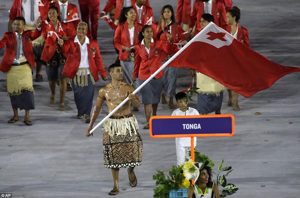 Пита Николас Тауфатофуа, флагоносец Тонги, сорвавший овации во время церемонии открытия и уже покори