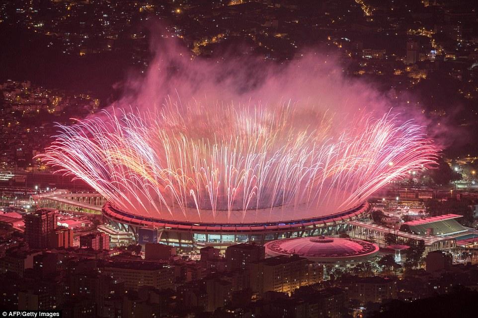 Фейерверки во время церемонии открытия летних Олимпийских игр в Рио-де-Жанейро.