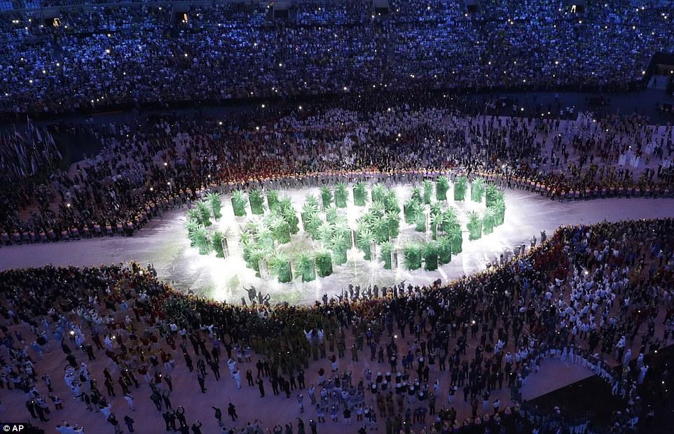 Олимпийские кольца из ящиков для рассады.