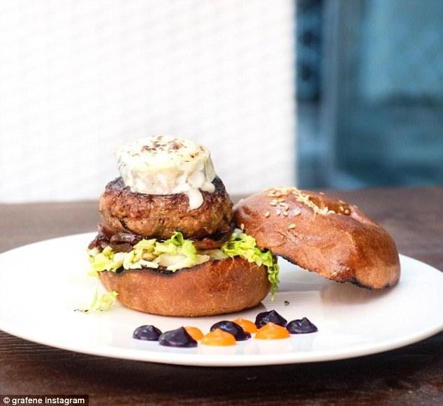 Вернемся в Манчестер: здесь вы сможете съесть бургер с котлетой из козьего мяса, козьим сыром и джем