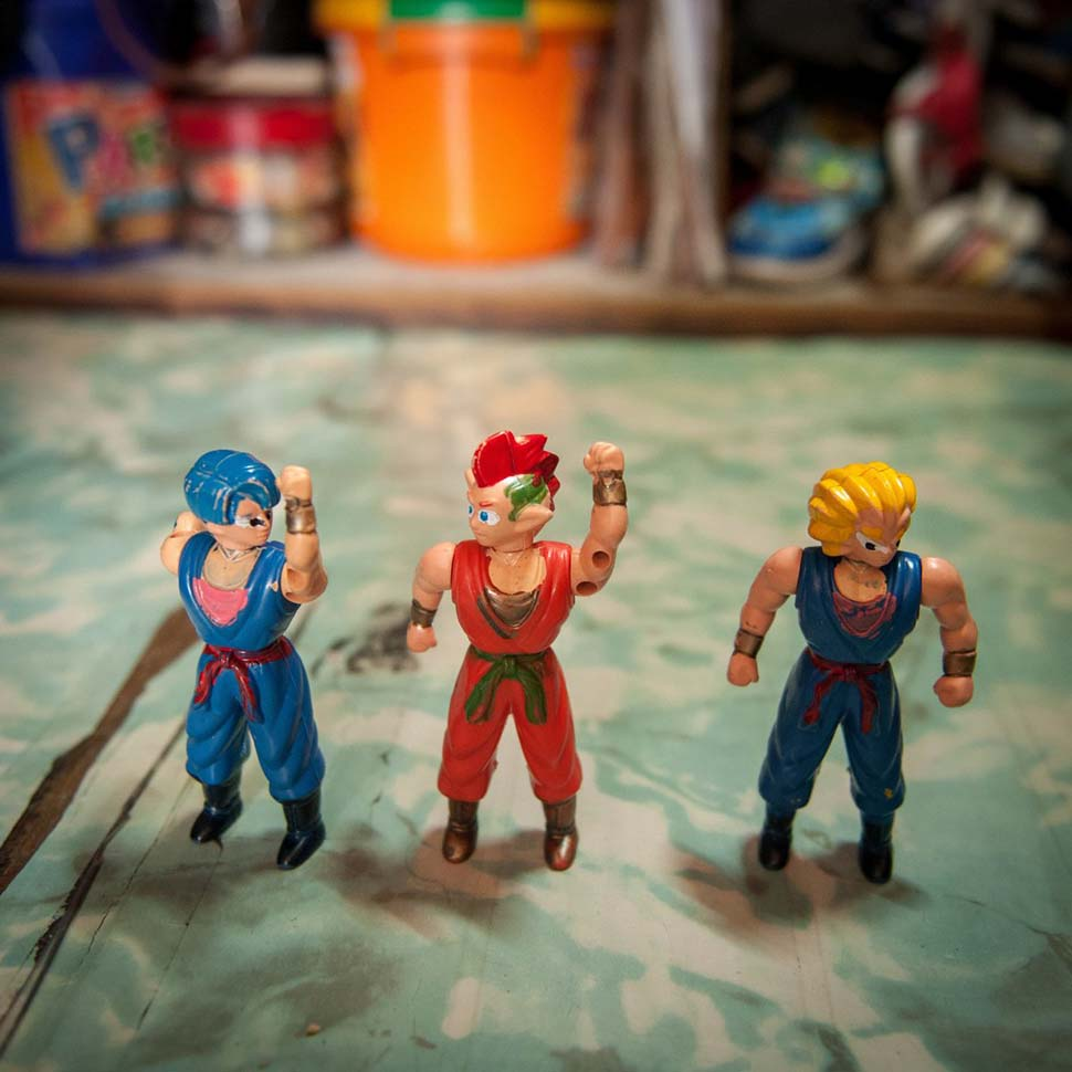 Филиппины, семейный доход — 98 долларов на взрослого в месяц. Любимые игрушки — фигурки супергероев.