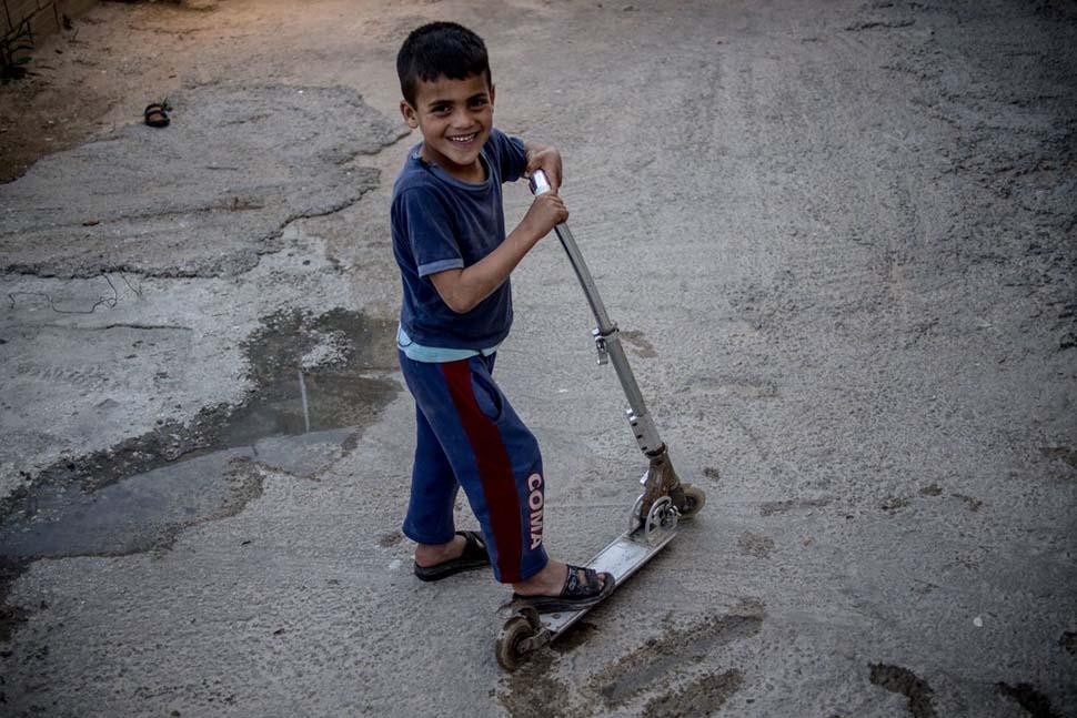 Тунис, семейный доход — 218 долларов на взрослого в месяц. Любимая игрушка — самокат.
