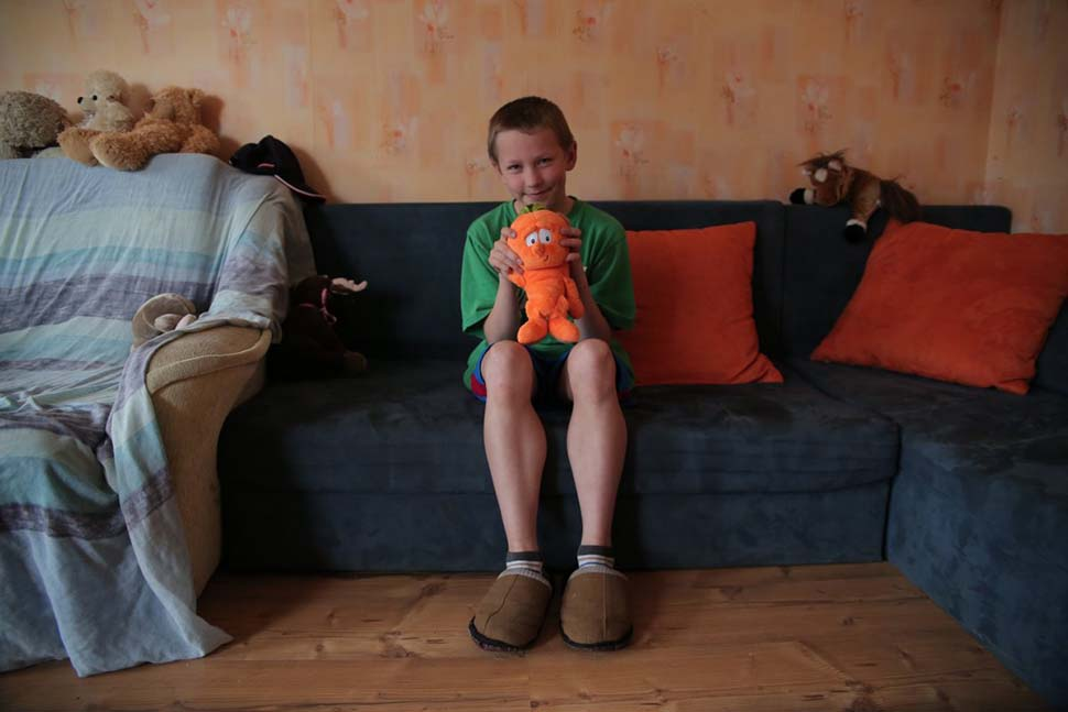 Латвия, семейный доход — 480 долларов на взрослого в месяц. Любимая игрушка — мягкая игрушка.