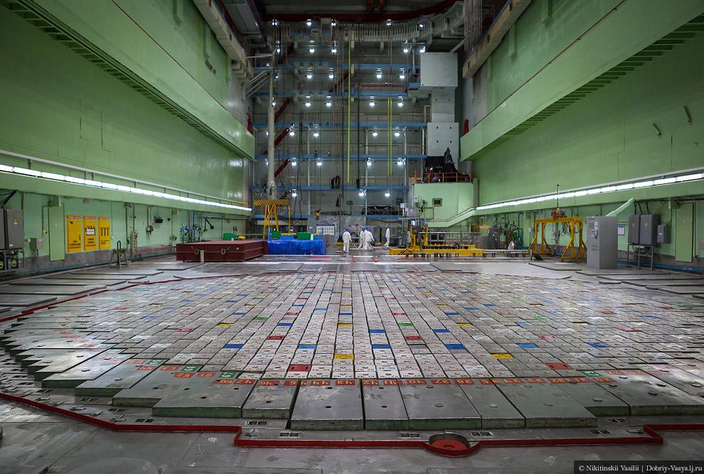 21. Главное здесь — реактор. Сам он огромный — внизу, а здесь видно лишь его плато безопасности
