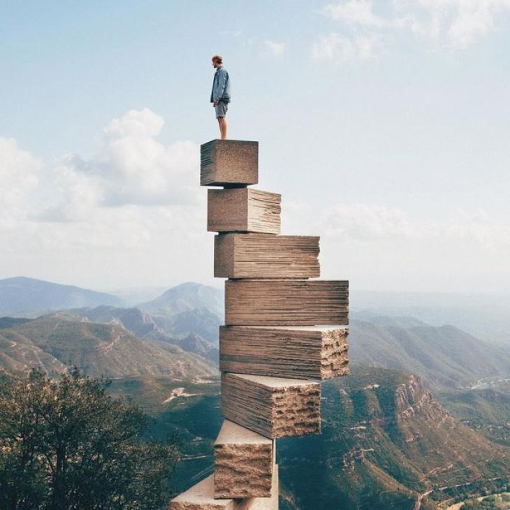 Эти ступени на горе Монсеррат, созданные испанским скульптором Жузепом Субираксом, ведут прямо на не