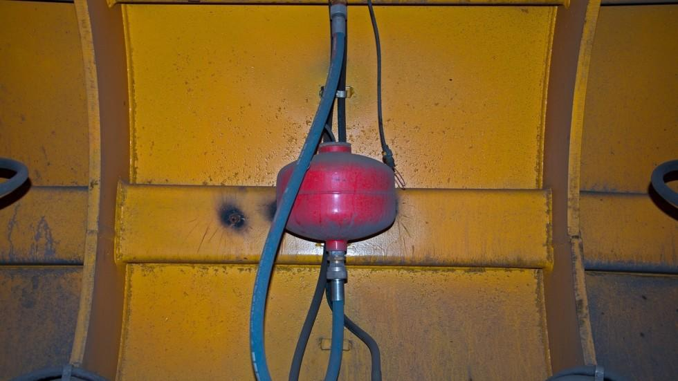 На БЕЛАЗе установлены два топливных бака по 2 500 литров каждый. Удельный расход топлива – 198