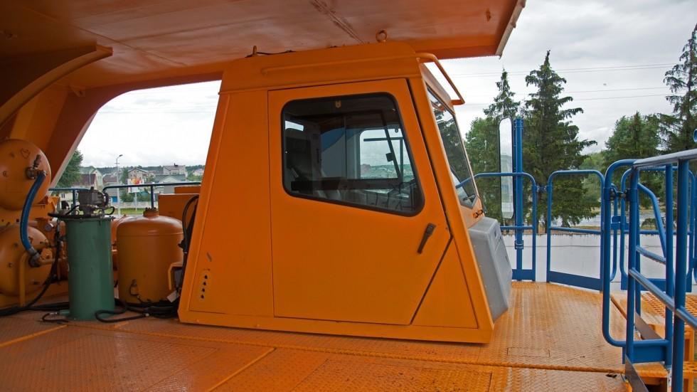 На задней стенке кабины стоят радиаторы и вентиляторы кондиционера кабины. Зеркала заднего вида, изд