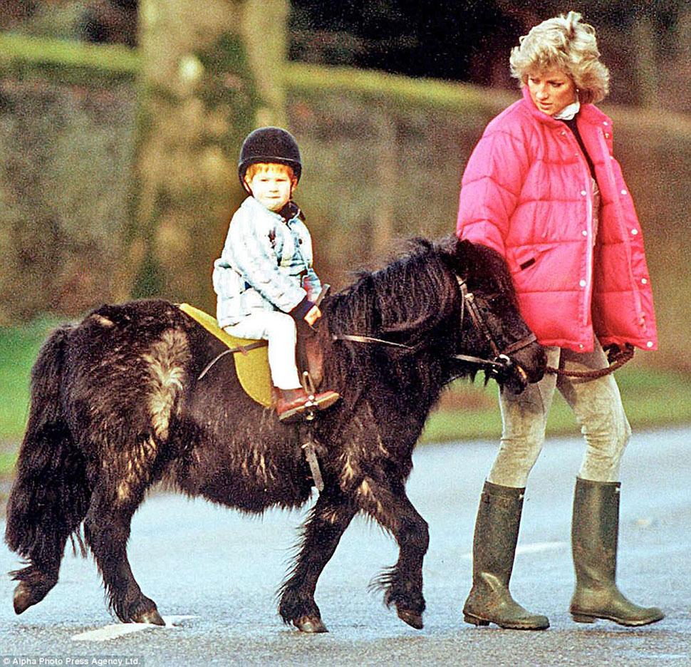 Гарри катается на пони в Сандрингеме под пристальным наблюдением принцессы Дианы.