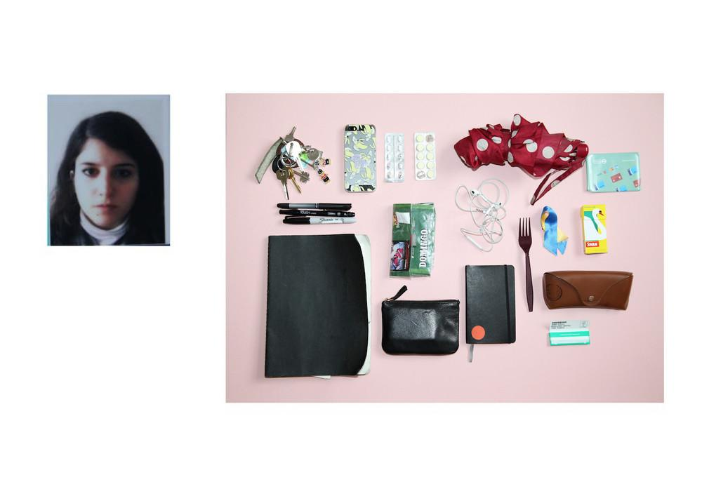 Что носят в своих сумочках британки (17 фото)