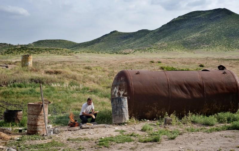 Мужчина жарит шашлык, Нагорный Карабах.
