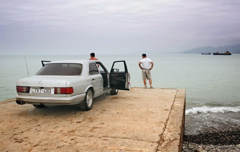 Люди любуются морем. Поти, Грузия.