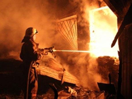 В итоге пожара вмногоэтажном здании наюго-востоке столицы обрушилась крыша
