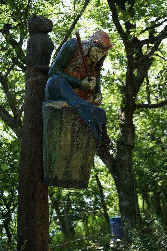 Деревянная скульптура Бабы Яги. Верхний уровень Сафари-парк, Геленджик