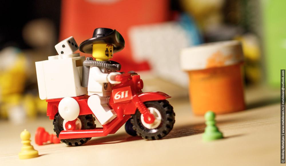 мотоциклист едет в гору игрушки лего