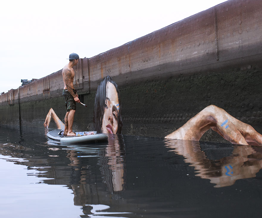 Шон Йоро. Стоя на доске для серфинга.