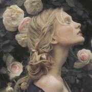 Красивая девушка и розы