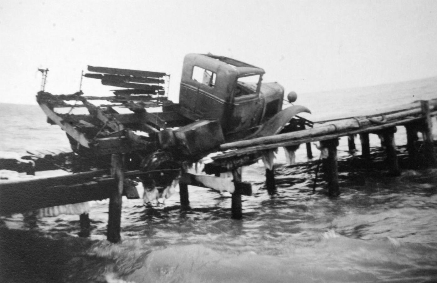 Уничтоженный на пирсе грузовик ГАЗ-АА. Керчь.