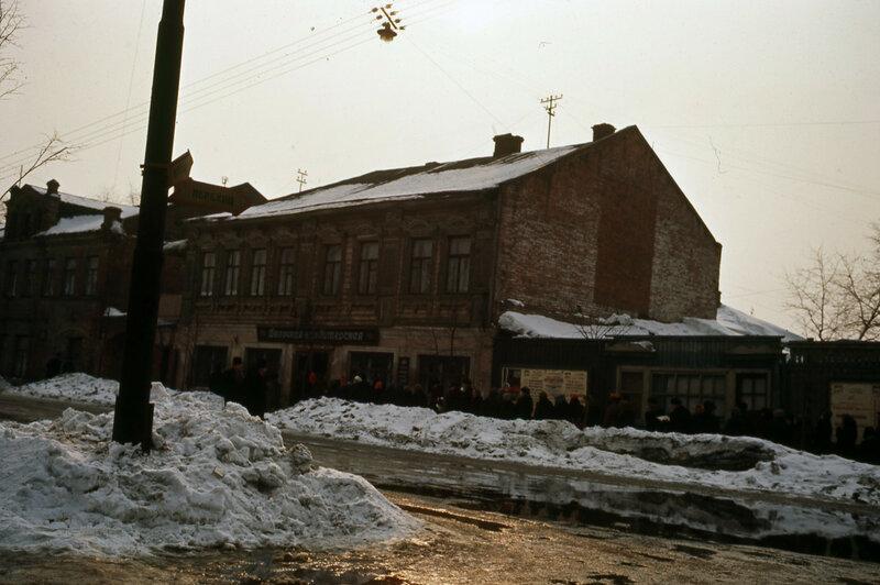 1964 Ярославль. Очередь в булочную на Республиканской улице.jpg
