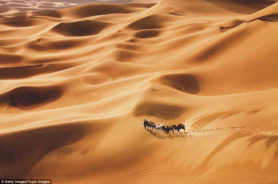 2. Одинокий путник в пустыне Гоби рядом с городом Дуньхуан, который когда-то был частью Великого шел