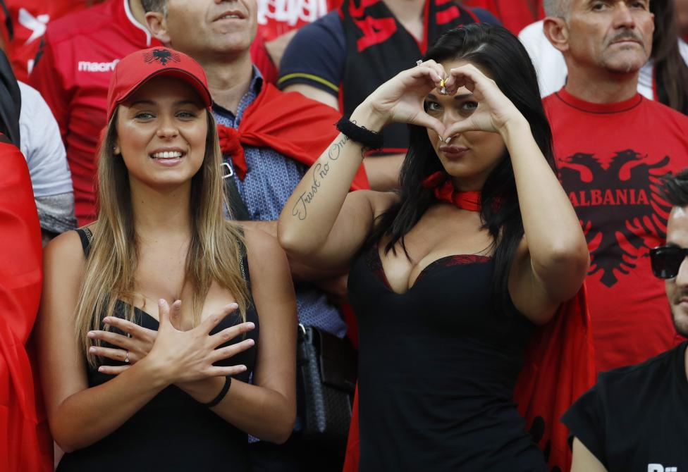 Игрок сборной Италии Эмануэле Джаккерини и бельгийский футболист Эден Азар.