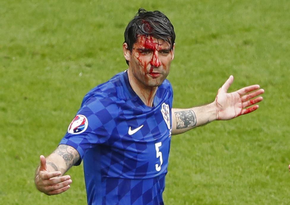 Болельщик французской сборной перед матчем против команды Албании.