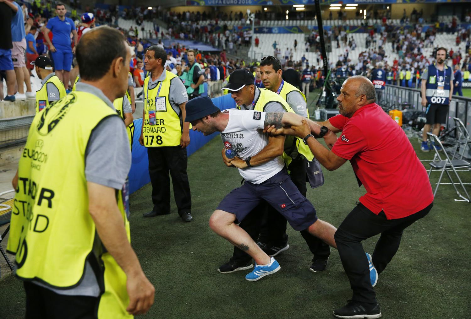 В концовке игры потасовка между фанатами продолжилась — около 30 российских болельщиков прорвались в