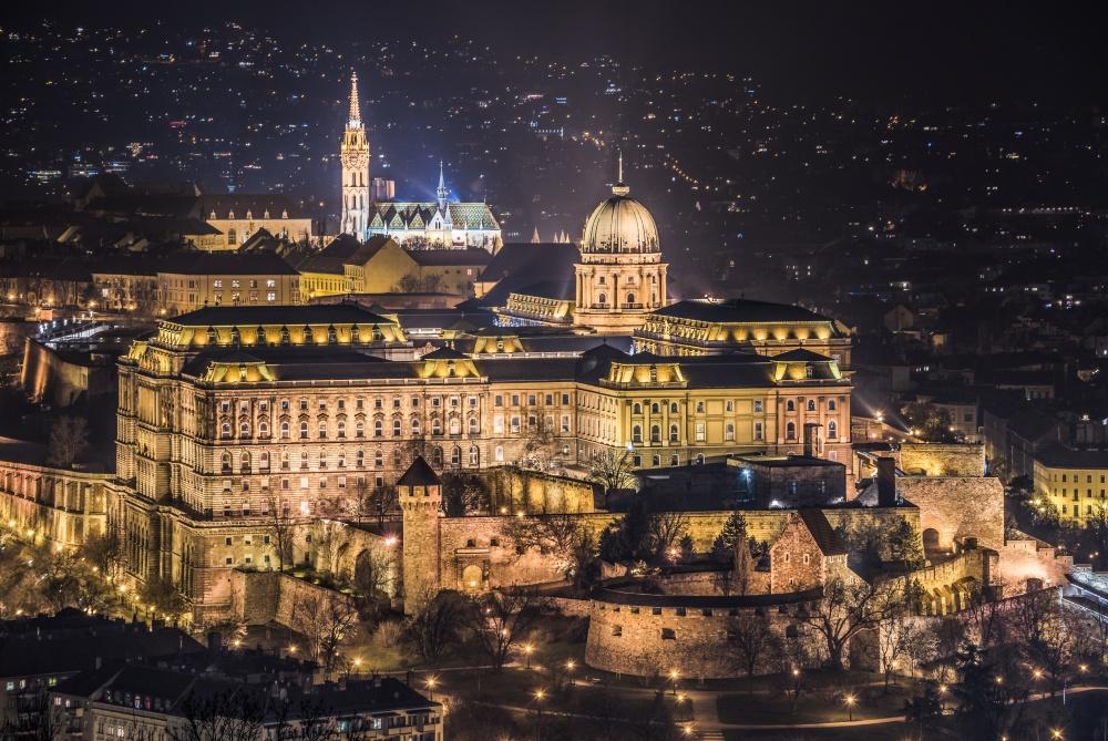 Столицу Венгрии незря называют жемчужиной Дуная. Она прекрасна вовсе времена года ивлюбое время