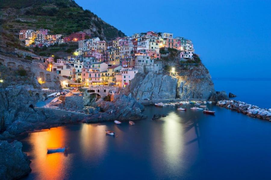 Манарола— небольшой рыбацкий городок вЛигурии, насевере Италии. Радуга разноцветных домов располо