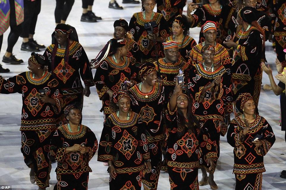 Команда Камеруна в костюмах с национальным орнаментом.
