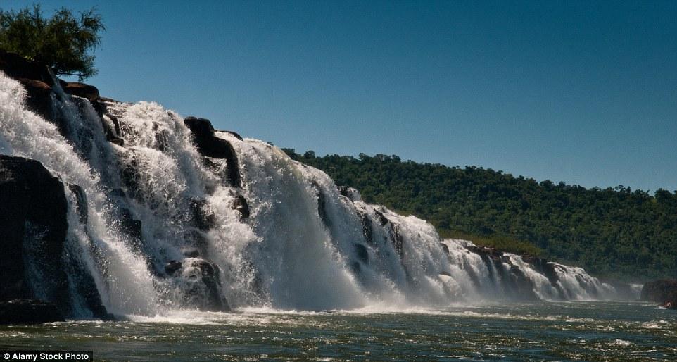 Водопады находятся в живописнейшем уголке Аргентины недалеко от границы с Бразилией.