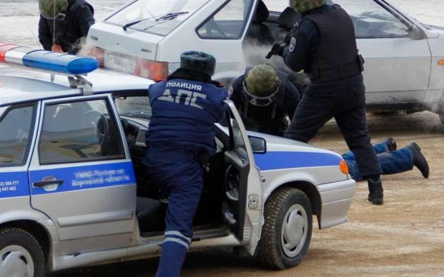 В Башкирии водитель ранил полицейского