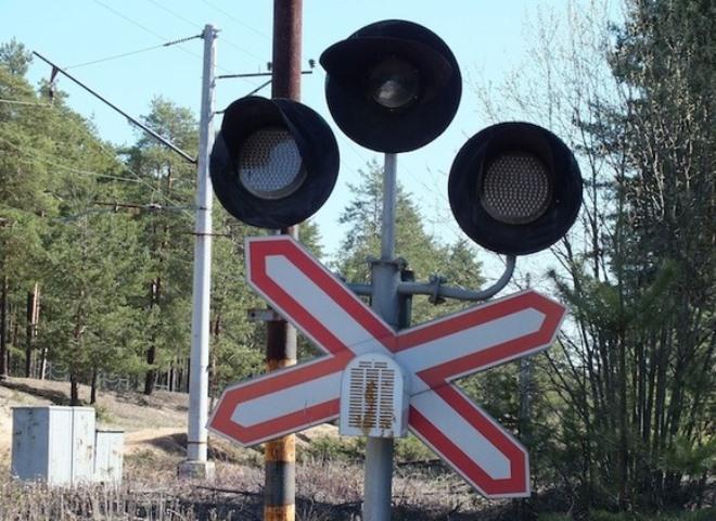 Под Александровом поезд 60 метров протащил легковую машину