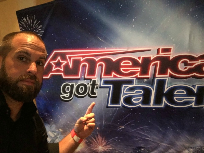 Дженсен Эклз и Джаред Падалеки просят голосовать за участника America Got Talant