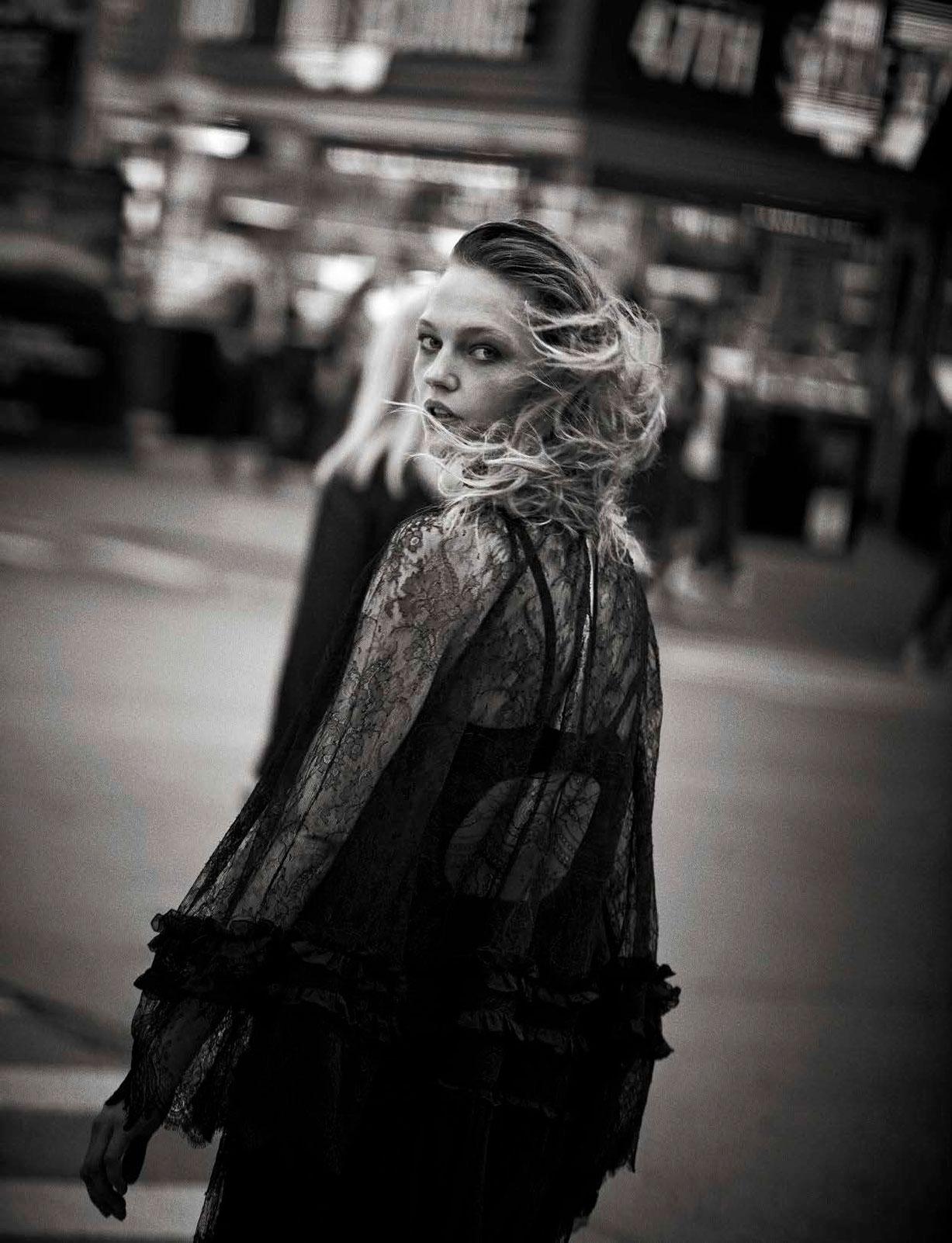 Sasha Pivovarova - Walking by Peter Lindbergh - Vogue Italia october 2016