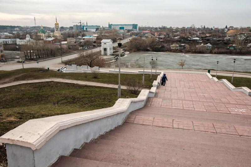 человек спускающийся по ступеням к плотине в Каменске