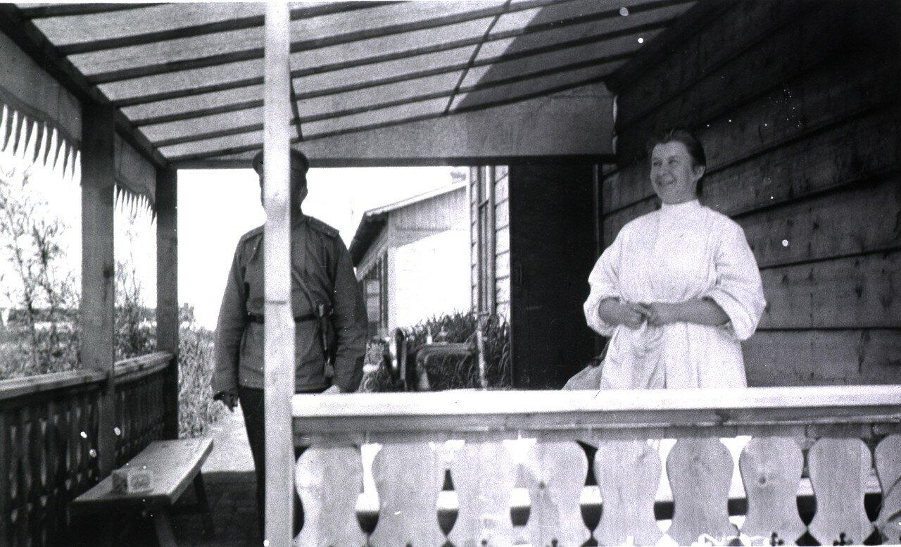На веранде одного из домов для персонала лазарета